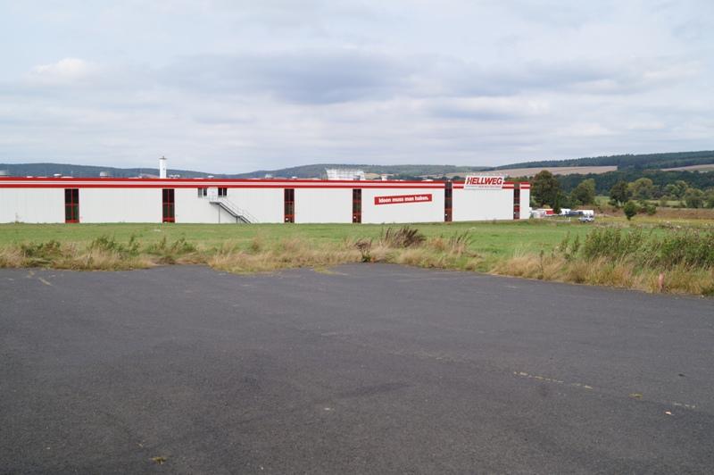 Blick von der Halle an der B 42